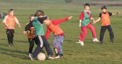 Fußballspielen Foto: Adel / pixelio